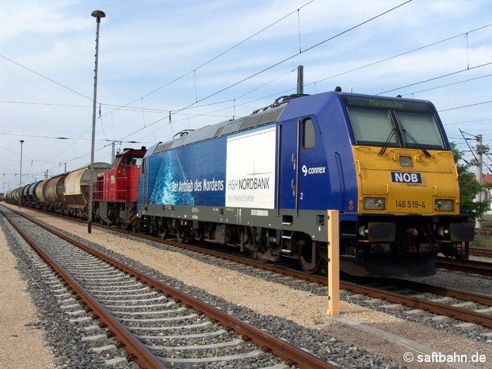 Vor einem Quarzsandzug in Richtung Delitzsch, stehen am 18.06.2006 die E-Lok 146 519-4, welche neben den Schüttgutwagen auch die Diesellok G1206 zur Anschlussbedienung mitnehmen wird.