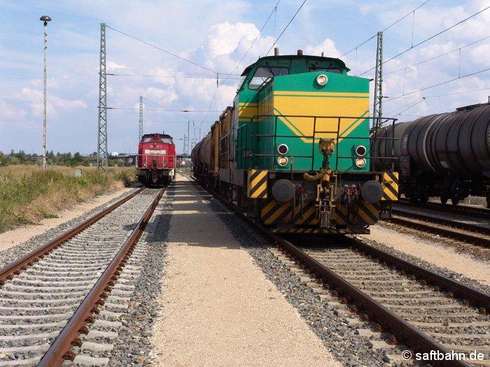 Mit ihrer Güterleistung Bitterfeld-Großkorbetha (Leuna) wartet die InfraLeuna (rechts) auf Ausfahrt. Links steht 298 122-3 der Bahn AG.