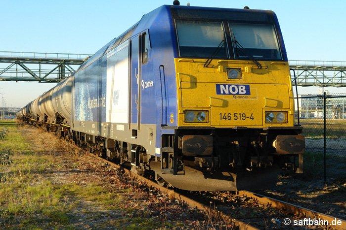 Im letzten Tageslicht steht NOB-Lok 146 519-4 am 17.10.2006 in Bitterfeld Nord.