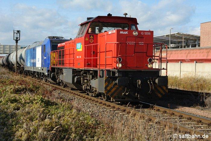 Da zwischen Bittefeld Nord und dem Bitterfelder Bahnhof keine Oberleitung existiert, schleppte die G1206 die E-Lok nebst Quarzsandwagen am 22.10.2006 zum 2 Kilometer entfernten Güterbahnhofgleis.