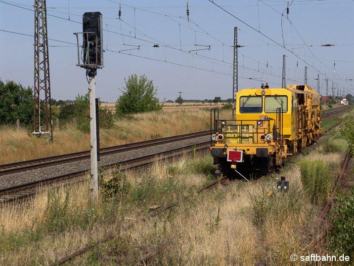 Abgestellte Gleisstopfmaschine am 22.07.2006 auf dem gesperrten Gleis 3N.