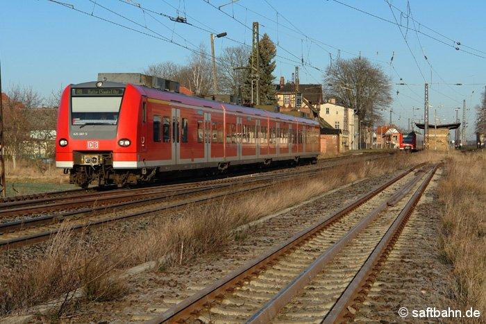 Mit einer Regionalbahn nach Halle/S. fährt der Triebzug 425 001-5 am 23.01.2007 aus dem Bahnhofgleis 1 aus.
