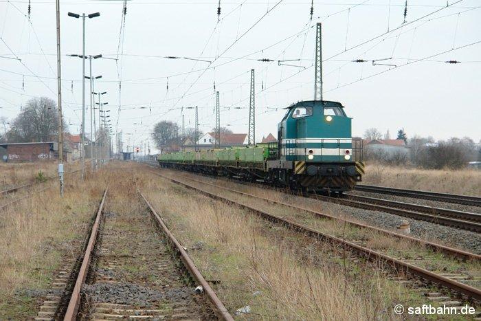 Einen leeren Kippwagenzug der Gleisbaufirma Hartung Bau, hat am 16.02.2007 die grün-weiße V100 der LDS (Logistik, Dienstleistungen und Service GmbH) am Haken.