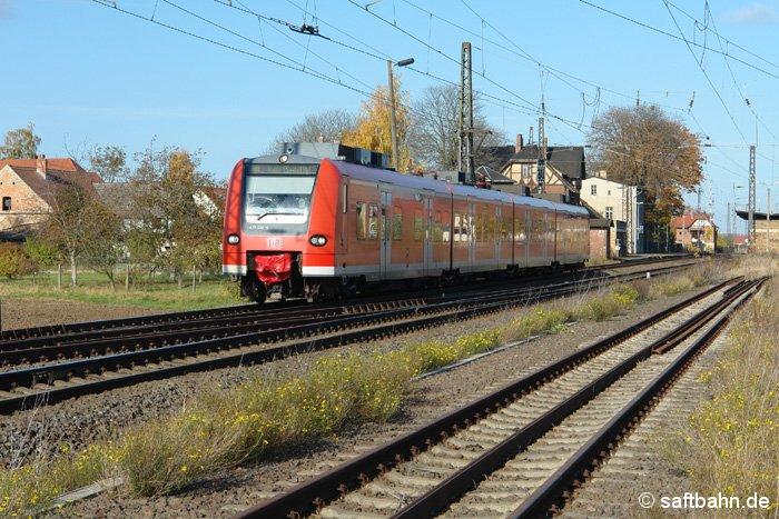 Nach dem Zwischenstop im Bahnhof Stumsdorf fährt die Regionalbahn aus Magdeburg am 31.10.2007 aus dem Bahnsteiggleis 1 aus.