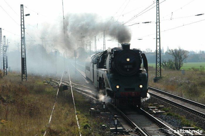 Im Rahmen einer Überführungsfahrt durchfuhr am 26.10.2008 die Schnellzugdampflok 18 21 der Dampf Plus GmbH den Bahnhof in Richtung Köthen.