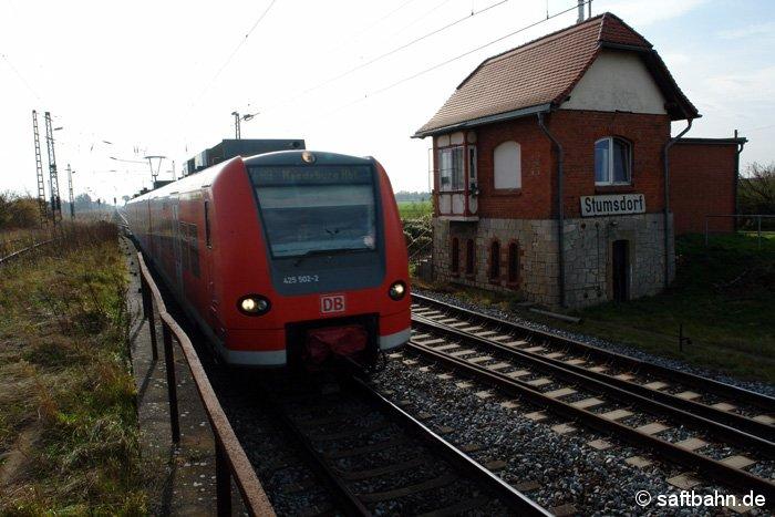 Vorbei am ehemaligen Ablaufberg von Stusmdorf, verlässt am 26.10.2008 eine Regionalbahn nach Magdeburg den Bahnhof. Die DB Regio setzte für diese Leistung ihren Elektrotriebwagen 425 502-2 ein, welcher an diesem Tag zwischen Magdeburg und Halle/S. pendelte.