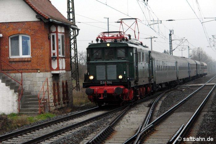 Ein Sonderzug mit der E-Lok E44 044 braust mit einem kurzen Pfiff am 30.11.2008 durch Stumsdorf in Richtung Halle/S.