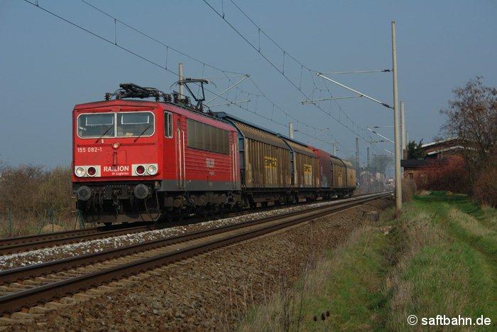 Wegen der Wirtschaftskrise war der VW-Teilezug am 07.04.2009 recht kurz. Ihn zieht 155 082-1 aus Richtung Magdeburg kommend am 07.04.2009 in Richtung Halle.