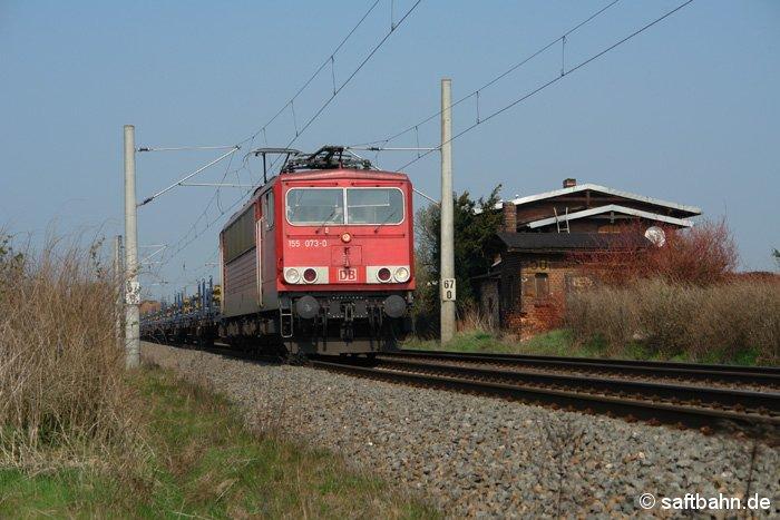 Mit einem gemischten Güterzug am Haken, ist 155 073-0 am 07.04.2009 auf der südlich Bahnhofsausfahrt von Stumsdorf anzutreffen.