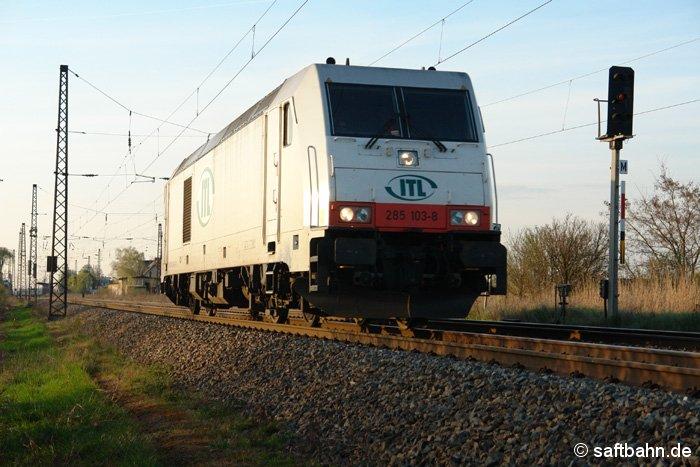 Die ITL 285 103-8 hat am 09.04.2009 einen Güterzug nach Norden gebracht und fährt Lz zurück in Richtung Halle/S.