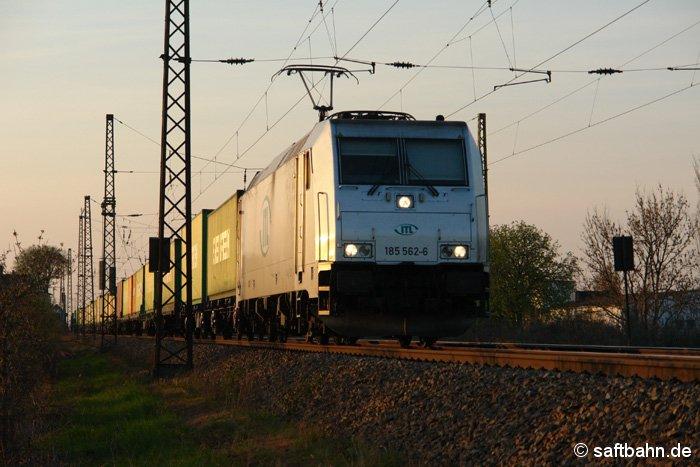Mit einem gut beladenen Containerzug aus Hamburg, befindet sich 185 562-6 am 09.04.2009 in der Ausfahrt aus Stumsdorf.
