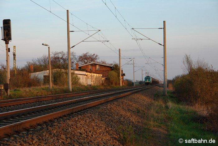 Mit einem schweren Ölzug aus Grokorbetha befindet sich am 09.04.2009 die Rail4Chem Lok 145-CL 003 auf der Anfahrt auf Stumsdorf aus Richtung Niemberg kommend.