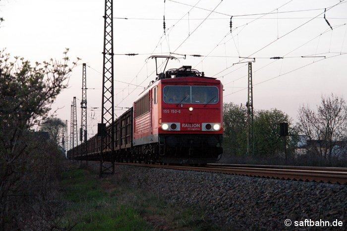 Einen Ganzzug mit leeren Hb-Schiebewandwagen, zieht am Abend des 09.04.2009 die 155 150-6 durch Stumsdorf. Nächter Durchfahrtsbahnhof wird Niemberg sein.