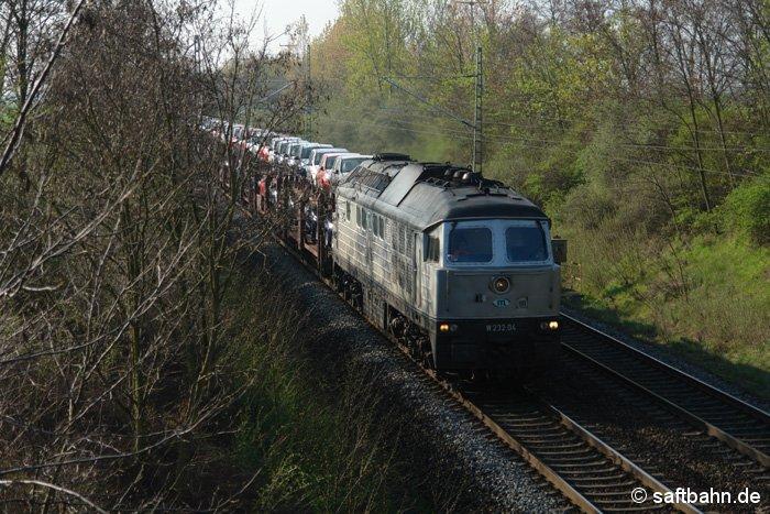 Den Dacia-Autozug mit ITL-Lok 232.04 an der Spitze, konnte man am 14.04.2009 zwischen Stumsdorf und Weißandt-Gölzau bildlich festhalten.