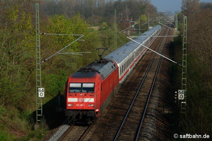 Einen IC-Zug aus Köln, zieht am 14.04.2009 die Schnellzuglok 101 097-4 zwischen Weißandt-Gölzau und Stumsdorf. Nächter Verkehrshalt ist Halle/S.