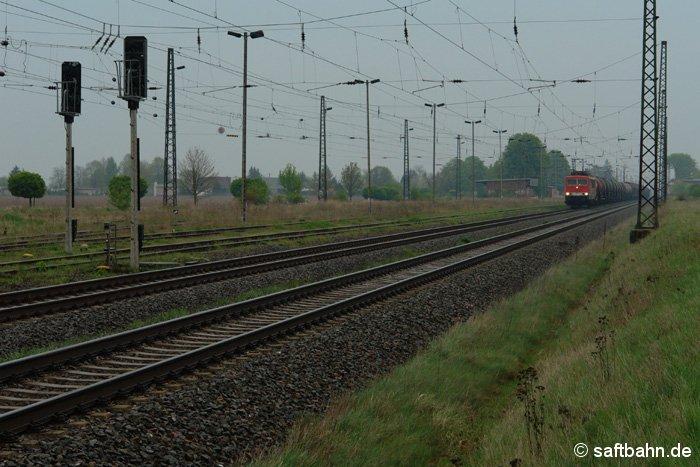 Ein düsteres Nieselwetter herschte am 09.04.2009, als der Güterzug der Mitteldeutschen Eisenbahn GmbH (MEG) durch Stumsdorf fuhr. Zuglok ist eine Lok der Baureihe 155, welche das Tochterunternehmen von der DB AG erhielt.