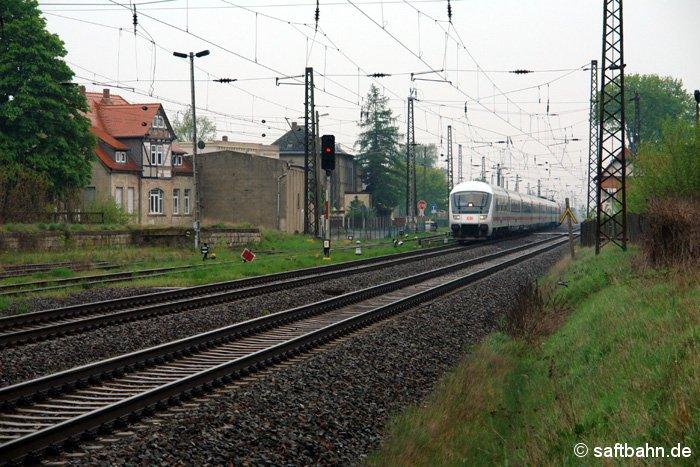 Mit max. 120 km/h fahren die InterCity-Schnellzüge der Deutschen Bahn durch den Bahnhof Stumsdorf. Am 17.04.2009 wird dieser von einer schiebenden Lok der Baureihe 101 nach Magdeburg befördert. Von dort aus zieht die E-Lok ihn weiter nach Köln.