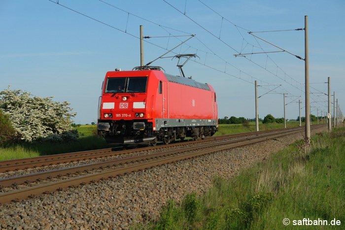 Die am 16.04.2009 neu ausgelieferte E-Lok 185 370-7, welche in Mannheim stationiert ist, befindet sich am 14.05.2009 zwischen Niemberg und Stumsdorf.