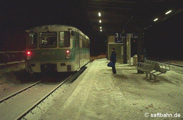 Am Bahnsteig 3 des Stumsdorfer Bahnhofs, wartet am 22.12.2001 die RB 37492 Stumsdorf-Bitterfeld auf Anschlussreisende aus Richtung Halle/S. und Magdeburg. Triebwagen 772 312-5 wird sich gleich auf den schneebedeckten Schienen in Richtung Chemiestadt aufmachen.