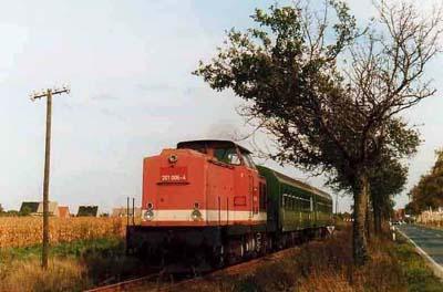 Mit leichten Dieselsound, fährt die 201 006 mit ihrem kurzen Nahverkehrszug bei Heideloh an dem Betrachter vorbei.