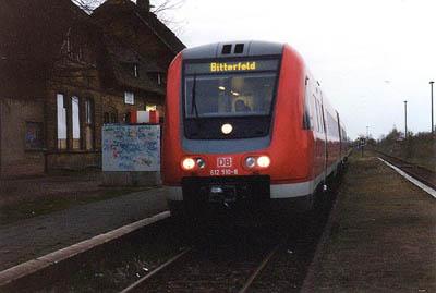 """Einen Fahrzeugeinsatz der """"modernen Art"""", gab es an einem April - Tag im Jahr 2001. Anstelle einer ausgefallenen """"Ferkeltaxe"""", kam im Berufsverkehr ein Neigetechnik-Triebwagen der Baureihe 612 zum Einsatz. Für die Fahrgäste hieß das; Zugfahren auf höchstem Niveau. Der Triebwagen 612 510 verlässt am 17.04.2001 mit ausgeschalteter Neigetechnik den Unterwegsbahnhof Zörbig."""
