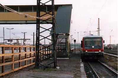 Durch die Bahnsteig- und Tunnelerneuerung war es notwendig geworden, eine Behelfsbrücke zu installieren. Ein Triebwagen der BR 628 steht noch am alten Bahnsteig 6.