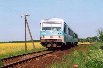 Vorbei an blühenden und duftenden Rapsfeldern, erreicht gleich der Triebwagen 628 588 den Haltepunkt Heideloh.