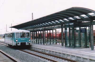 Bahnhof Bitterfeld im August 2000 mit Triebwagen 771 044.