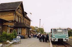 Überbesetzte Züge fand man oft in den Hauptverkehrszeiten vor. Da nur Solo Triebwagen fuhren, reichten oftmals die Sitzplätze und die Stellflächen für die Fahrräder nicht aus.