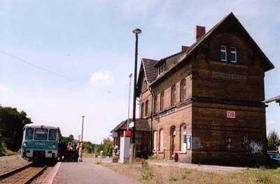 In den Sommermonaten wurde die Bahn auch gern von Badelustigen benutzt. Leider fehlte ein Haltepunkt am Sandersdorfer Strandbad, sodass ein 500m weiter Fußmarschnötig wird. Am 03.08.02 hat gerade die RB 37484 im Bahnhof Sandersdorf gehalten.