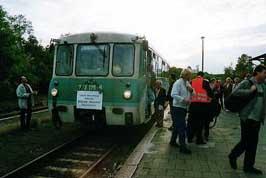 Hunderte Anwohner und Gäste kamen und nahmen vom Zug mit einer Mitfahrt oder Foto- Filmaufnahme Abschied.
