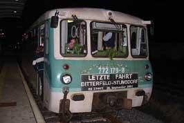Der Trauerbehang kündigte es an. Die letzte Betriebsstunde schlug. Im Bahnhof Bitterfeld stand der 772 179 Abfahrbereit zur letzten Fahrt in Richtung Stumsdorf.