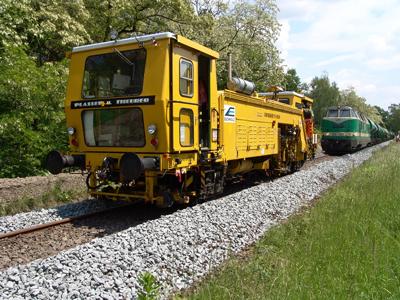 Nach Aufbringen von neuem Ergänzungsschotter, erfolgte die Verfestigung des Oberbaus mittels Gleisstopfmaschine.