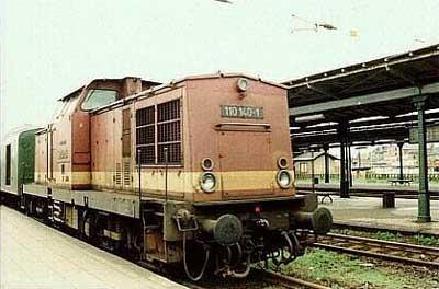 Aus Stumsdorf ist am 29.06.1991 die 110 140 auf dem Bahnsteig 5 des Bitterfelder Bahnhofes angekommen und wird nun vor dem Zug umsetzen. Hinter der Lok ist deutlich der Gepäckwagen zu erkennen, der noch bis 1992 im Zugverband mitlief.