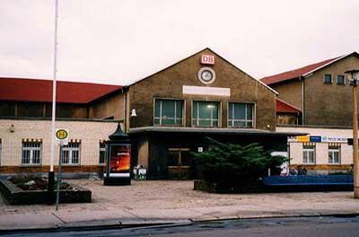 Kurz vor der Umgestaltung des Bitterfelder Bahnhofes, entstand dieses Bild am 30.11.1997. Damals war der Bahnhof bei den Fahrgästen und Durchgangsreisenden nicht beliebt.