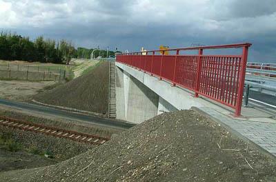 """Glückliche Umstände nach der Streckenausschreibung. Die Straßenbrücke über die """"Saftbahn"""" wurde im September 2003 fertiggestellt."""