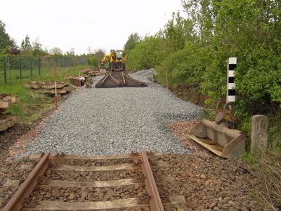 Einbau der Anschlussweiche Anfang Mai 2005 in das Streckengleis am Gewerbegebiet in Zörbig.