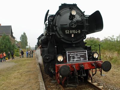Eingefahrener Sonderzug aus Bitterfeld in Sandersdorf. Ein passendes Lokschild zierte die 52 8154-8.