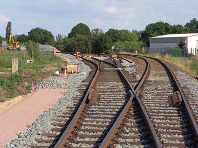 Vollendung und Anschließen des Werksgleises an die Anschlussweiche am Kilometer 14,2 im Juli 2005.