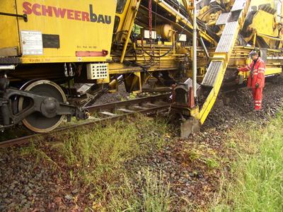 Maschinelle Schotterbettreinigung, wodurch Feinanteile im Schotter abgesiebt und Vegetation entfernt werden konnte.