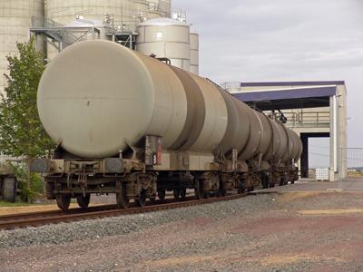 So fing alles an: Fünf Kesselwagen warten erstmalig am 09.08.2005 auf die Befüllung mit Ethanol im Werksgleis.