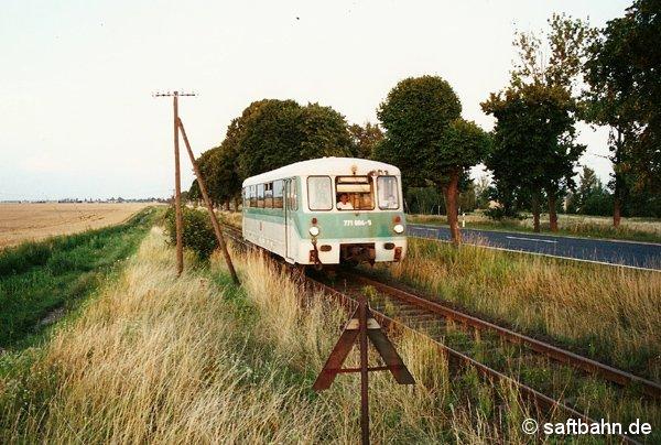 Am 29. Juli 2001 ist der Triebwagen 771 004 mit der letzten Zugleistung (RB 37493 Bitterfeld-Stumsdorf) zwischen Großzöberitz und Zörbig unterwegs. Zwei Tage später zum 31. Juli 2001 nahm die Deutsche Bahn AG den Triebwagen wegen Fristablauf aus den Verkehr. Nach dem Verkauf nach Kuba, ist er dort im Personenverkehr immer noch anzutreffen.