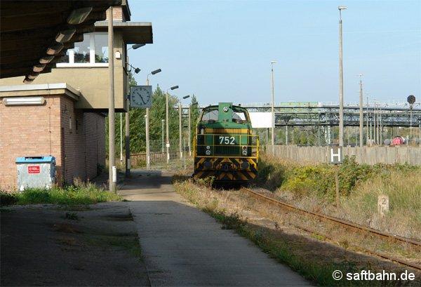 Mit einem Kesselzug aus Zörbig ist am 20. September 2006 die Diesellok DE 752 in Bitterfeld Nord (Haltepunkt Grube Antonie)angekommen. Nach einem kurzen Aufenthalt, wird sie weiter in Richtung Chemiepark fahren.