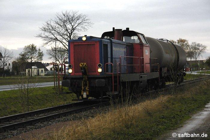Recht ungewöhnlich sind Einzelwagenfahrten auf der Saftbahn. Am 13. November 2006 befindet sich die Diesellok V133 (RBB) mit einem Leerkesselwagen am Haken auf den Rückweg nach Bitterfeld Nord, um Platz für einen Getreidezug in Zörbig zu machen. Im letzten Tageslicht konnte der Zug in Großzöberitz beobachtet werden.