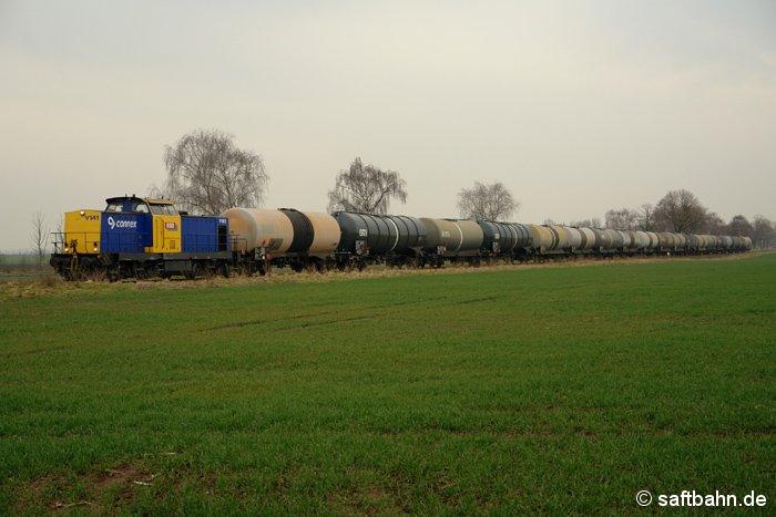 So zeigte sich der Winter im Jahr 2007/2008: Vorbei an grünen Feldern, rollt am 20. Februar 2008 ein rund 1.500 Tonnen schwerer Ethanolzug mit V100-Lok den Bahnhof Großzöberitz entgegen.