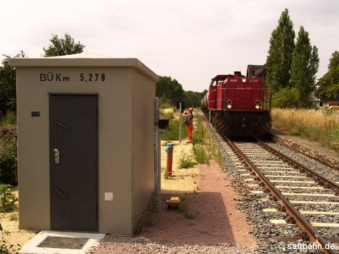 Kräftig gebaut wurde im Sommer 2006 auch im Bahnhof von Sandersdorf. Nicht nur das Nebengleise und Hauptsignale verschwanden. Rundum erneuert und modernisiert wurden auch die Bahnübergnge in der Ortschaft. Am 12.07.2006 ist die MAK-Diesellok (Typ G 1206) mit einem kurzem Kesselzug aus Zörbig am Bahnübergang