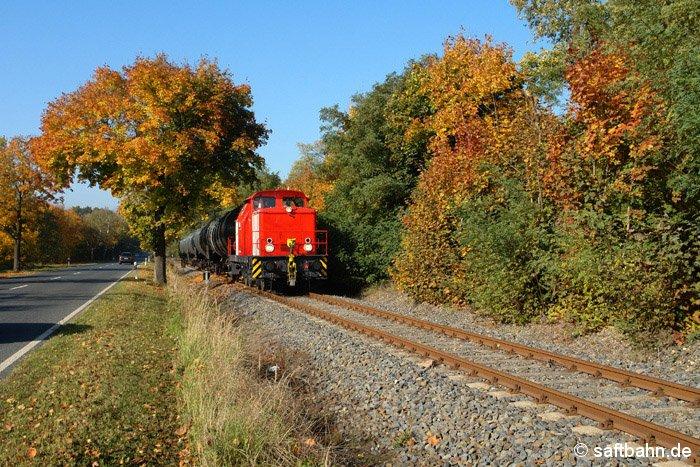 Zwischen Heideloh und Sandersdorf durchfährt am 13.10.2008 eine Diesellok der Baureihe V60 (Veolia-Transport) mit fünf Kesselwagen den herbstlich gezeichneten
