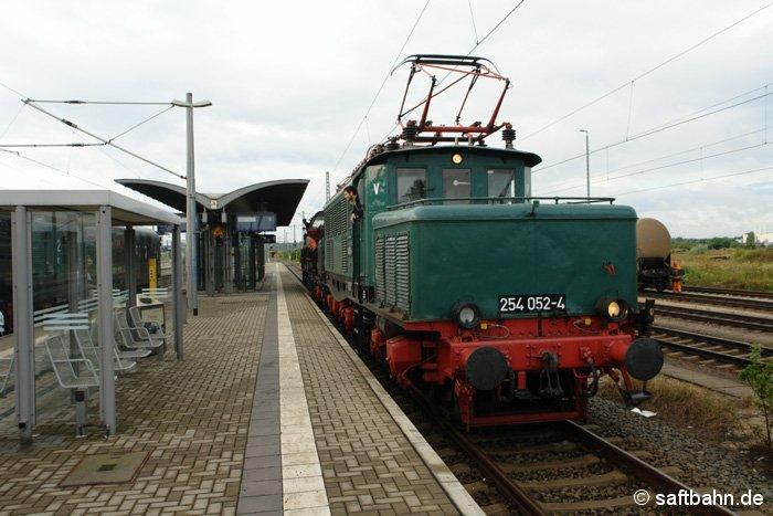 Anlässlich 150. Jahre Bahnknoten Bitterfeld, gab es am 25.07.2009 auf den Bahnhofsgleisen eine Fahrzeugausstellung zu bestaunen. Anwesend war auch das -Eisenschwein- in Form von 254 052-4.