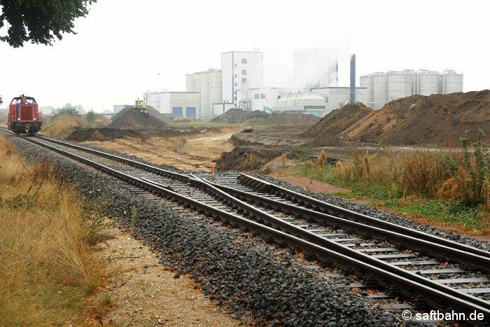 Im Bau war im III. Quartal 2006 das neue VERBIO-Verbindungsgleis im Zörbiger Gewerbegebiet. Am 27.09.2006 hatte Diesellok V133 einen Leerzug zur Anschlussweiche am Bahnkilometer 14,2 geschoben und fuhr auf dem Rückweg nach Bitterfeld Nord an der Baugrube am Kilometer 13,5 vorüber.