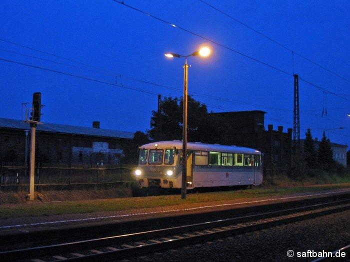 Feierabend-Stimmung im Bahnhof Stumsdorf am 23.08.2000. Nachdem die letzten Fahrgäste am Bahnsteig 3 ausgestiegen sind, wird Triebwagen 772 312-5 nun als Lr 74547 nach Halle Güterbahnhof fahren. Um auf das Ausfahrgleis zu gelangen, muss zuvor der Triebwagen über das Gleis 3N umsetzen.
